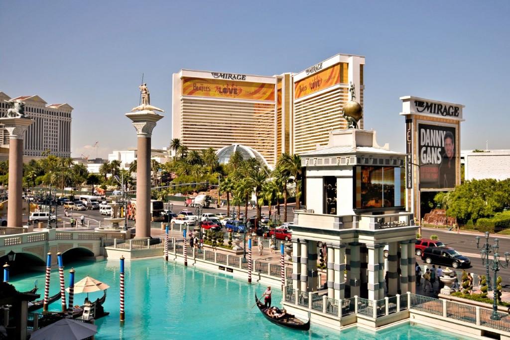 Top 5 hoteluri de lux din Las Vegas - The Venetian iar în fundal The Mirage