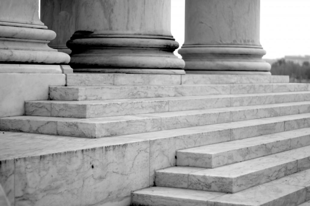Treptele de piatră ce duc spre domul memorialului