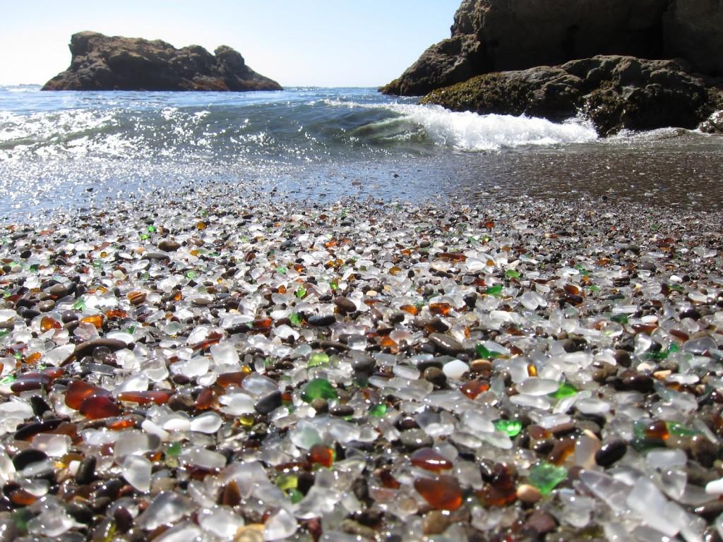 Valurile spală pietricelele de sticlă