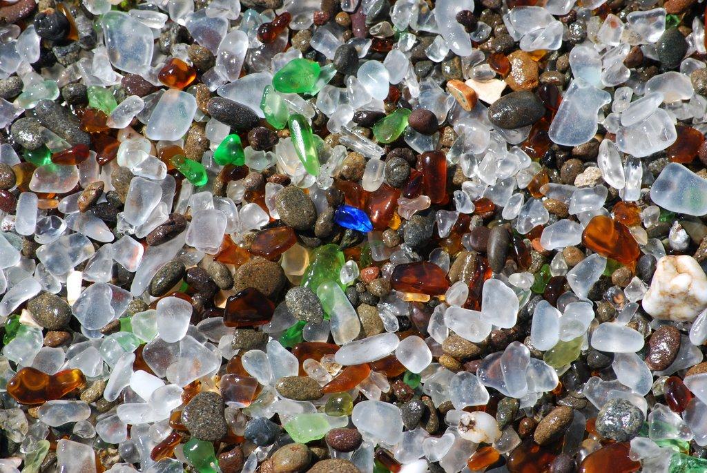 Verdele și maroniul predomină în peisaj, amintire a sticlelor aruncate aici