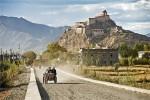 Vizitatorii încearcă să ajungă la Mănăstirea Palcho prin orice mijloace