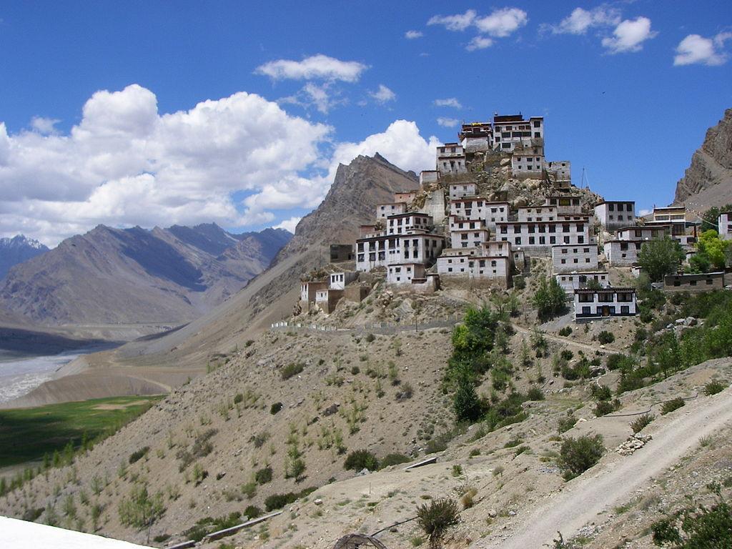 Zona care înconjoară Mănăstirea Ki este foarte arida