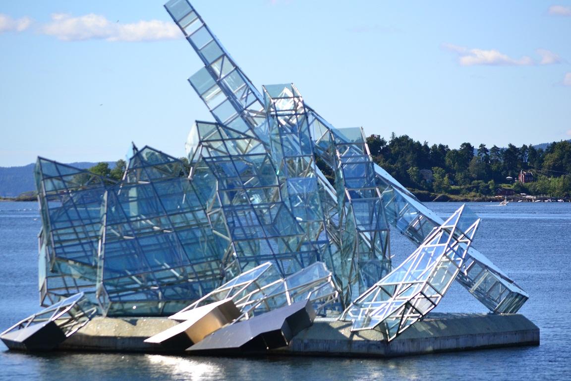 """Opera de artă """"She Lies"""" amplasată pe un fiord în faţa clădirii"""