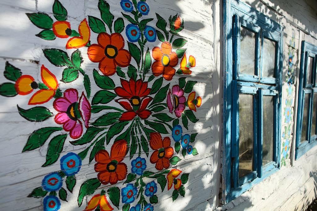 Decoraţiile florale sunt foarte viu colorate