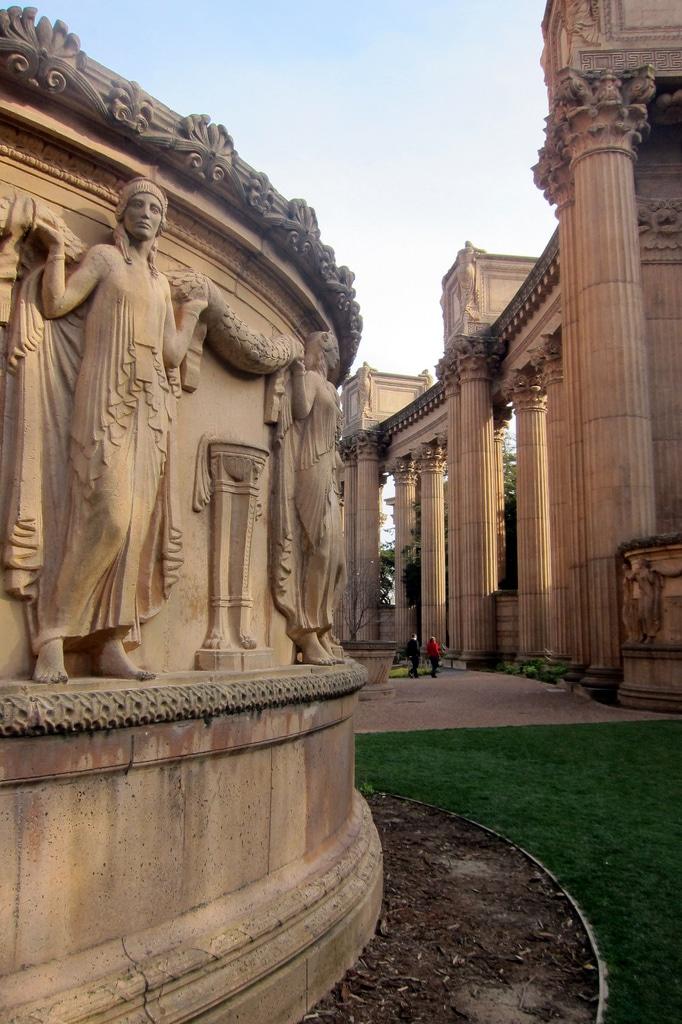 Împrejurul palatului există alte anexe ridicate în același stil