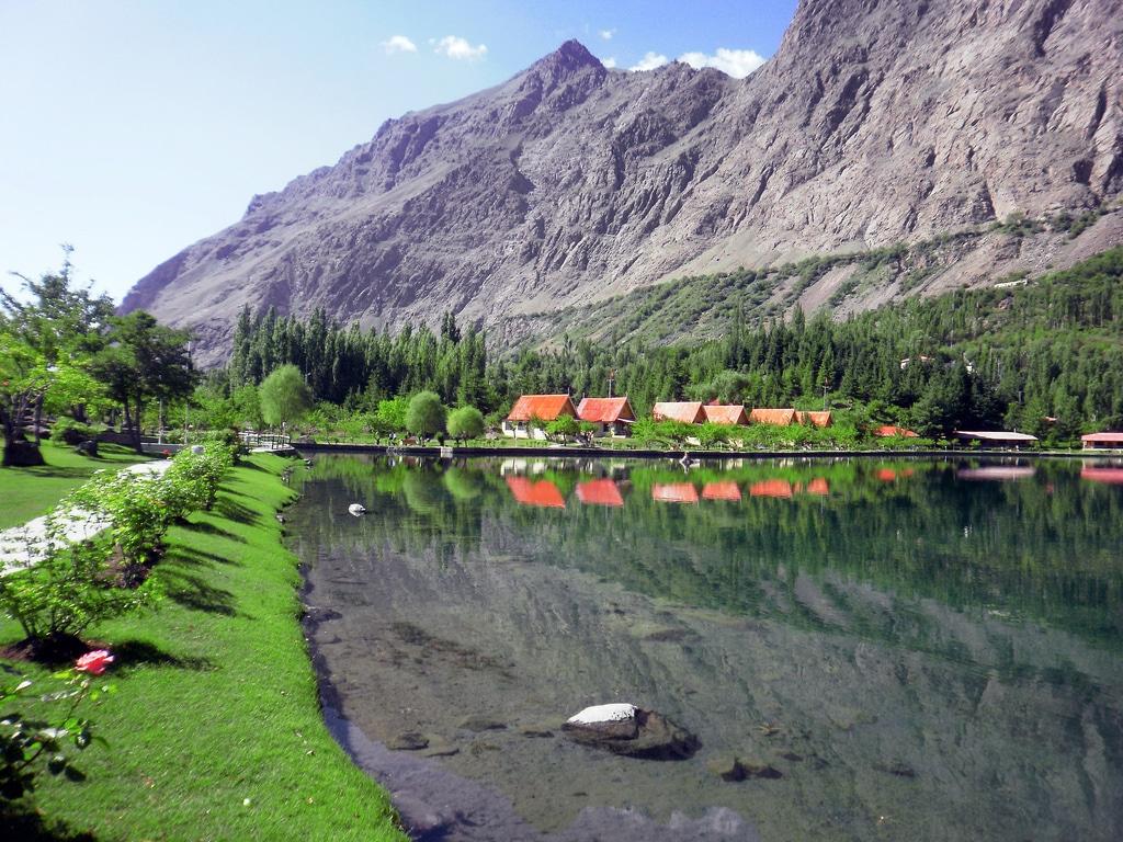 În apele cristaline ale lacului se oglindesc toate elementele din jur