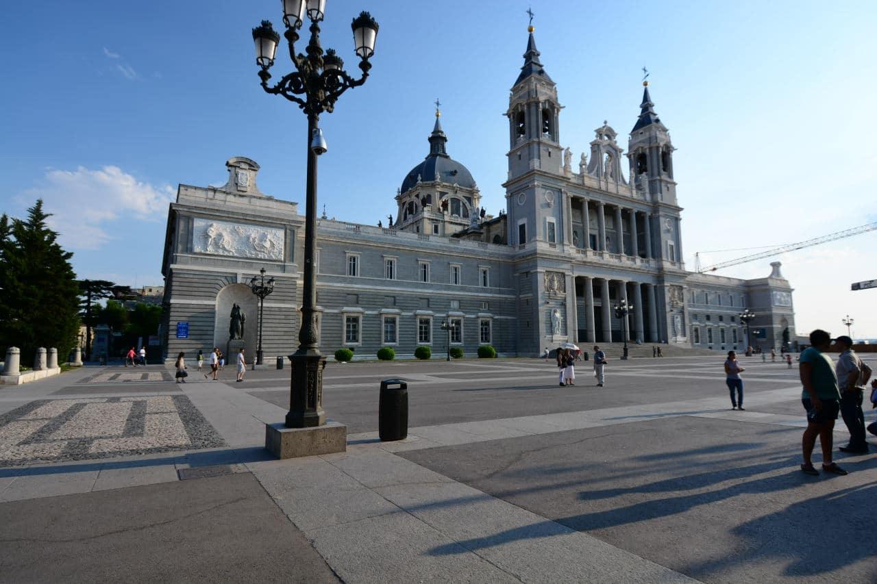 Catedrala Almudena, o construcţie impresionantă