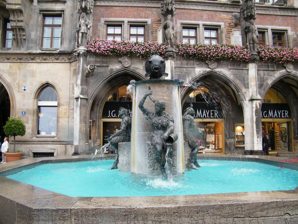 Fischbrunnen sau Fântâna Peștilor, reconstruită după cel de-al Doilea Război Mondial