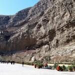 La poalele muntelui este o arteră principală de circulație pe unde trec mulți credincioși