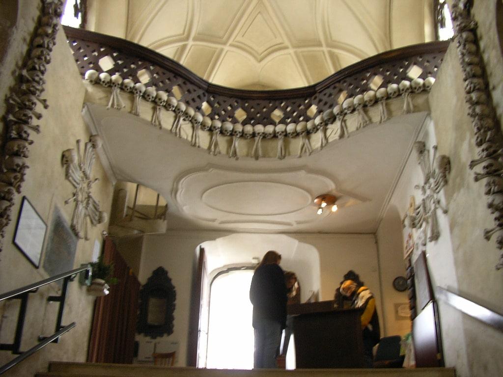 Punct de intrare în Biserica Oaselor - se observă decorațiile din oseminte