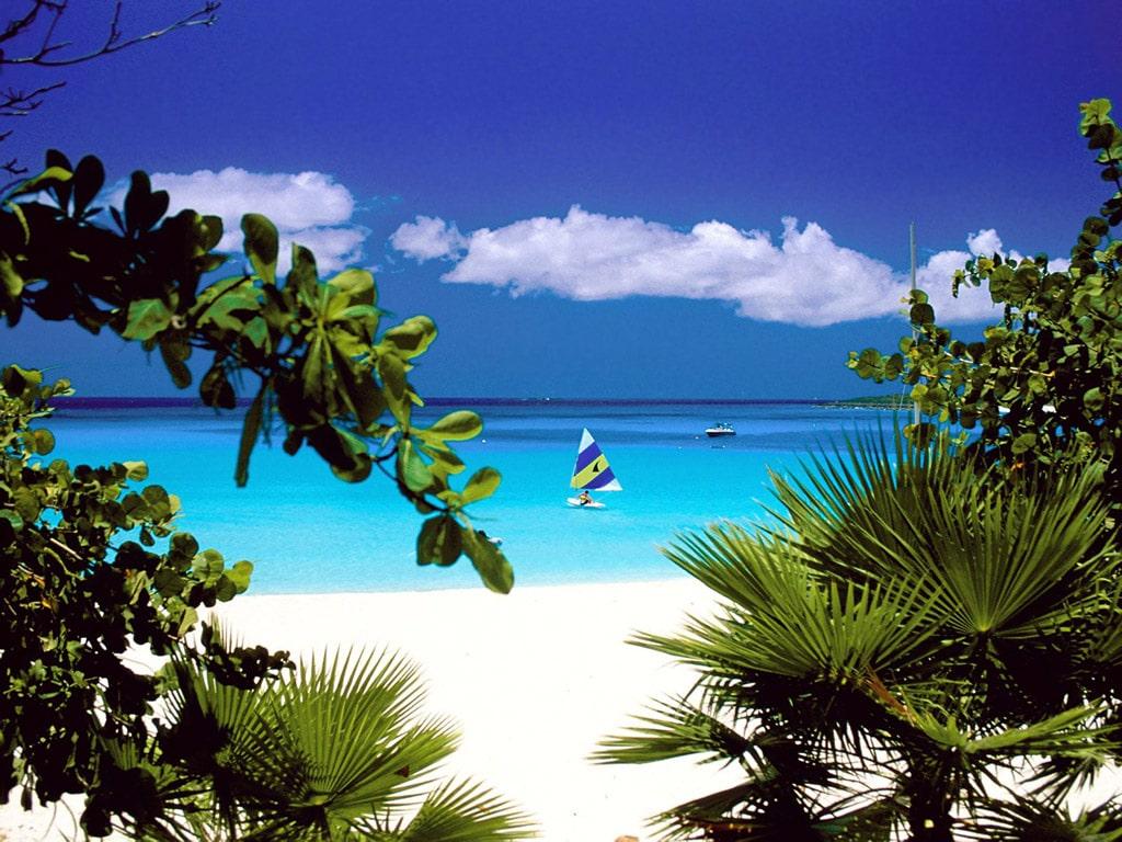Plaje cu nisip alb și ape limbezi din Insula Anguilla,