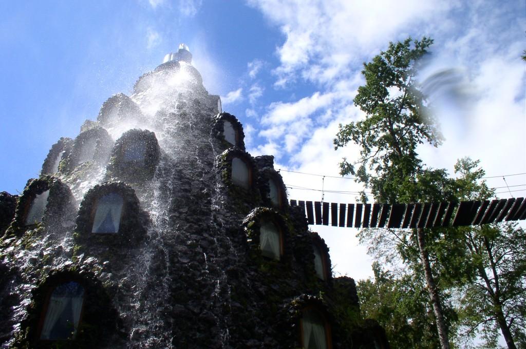 Este  fascinant cum apa se scurge pe pereții hotelului