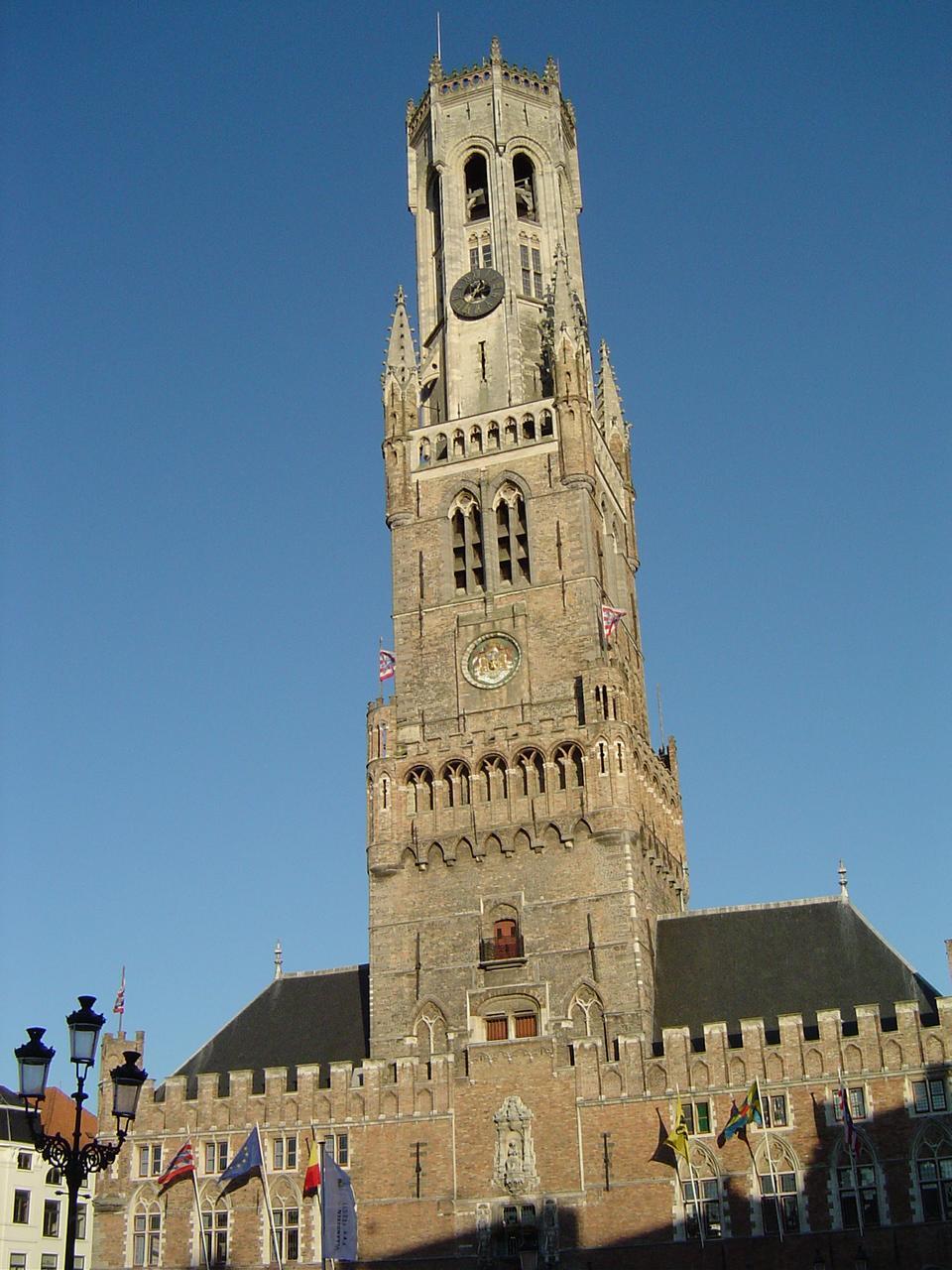 Turnul Belfort, elementul care definește Piața Centrală din Bruges