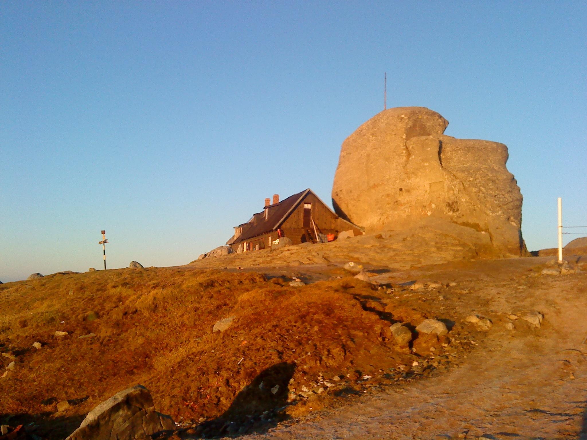 Cabana și vârful Omu