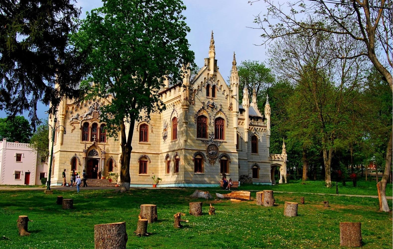 Castelul Sturdza este construit în stil neogotic
