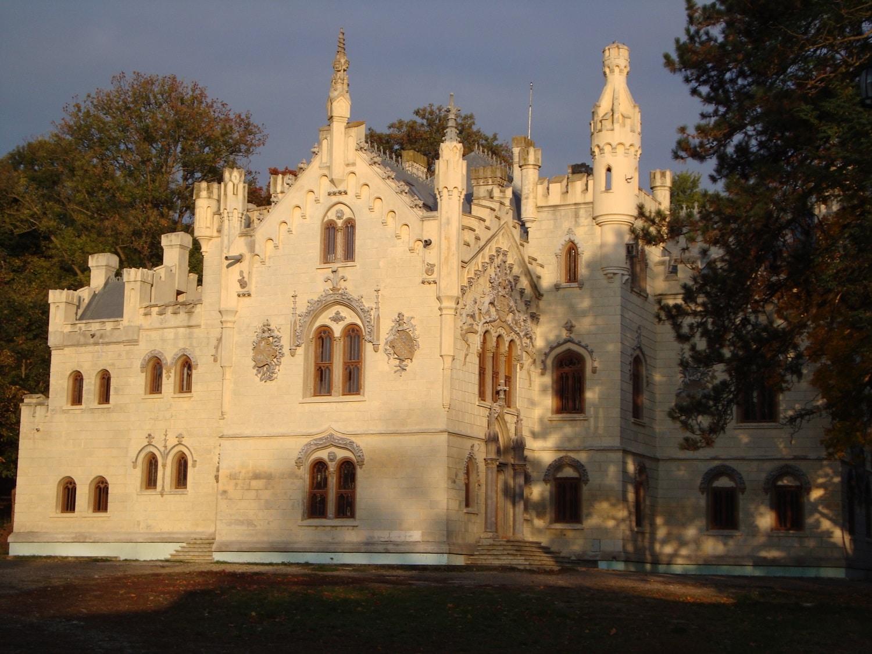 Castelul Sturdza este o clădire grandioasă