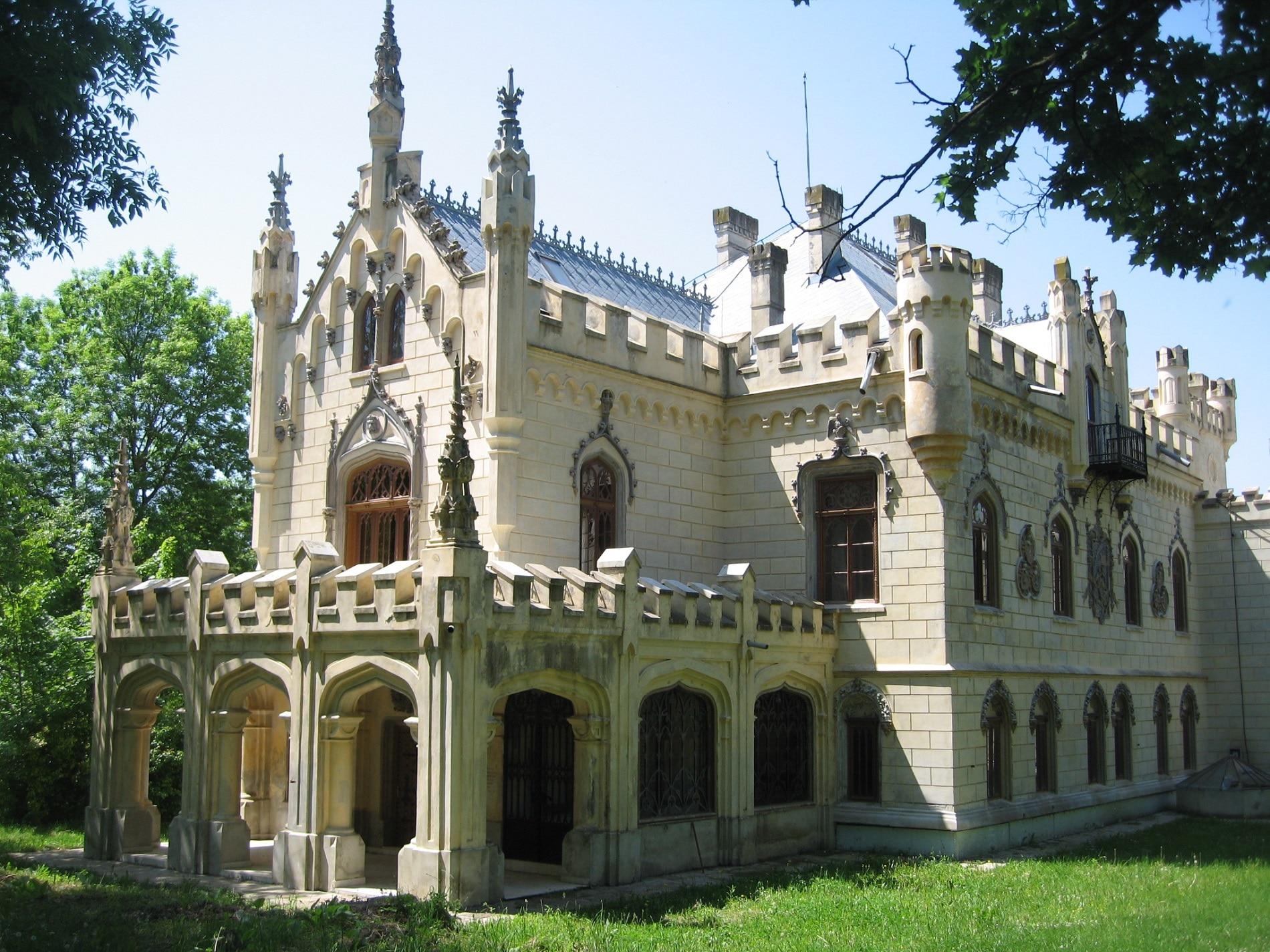 Castelul Sturdza face parte din ansamblul Mănăstirea Miclăușeni