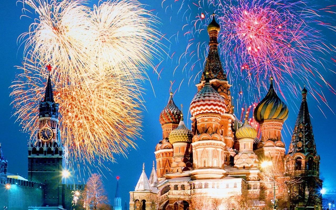 Catedrala Sfântul Vasile, evidențiată și mai mult de artificiile colorate