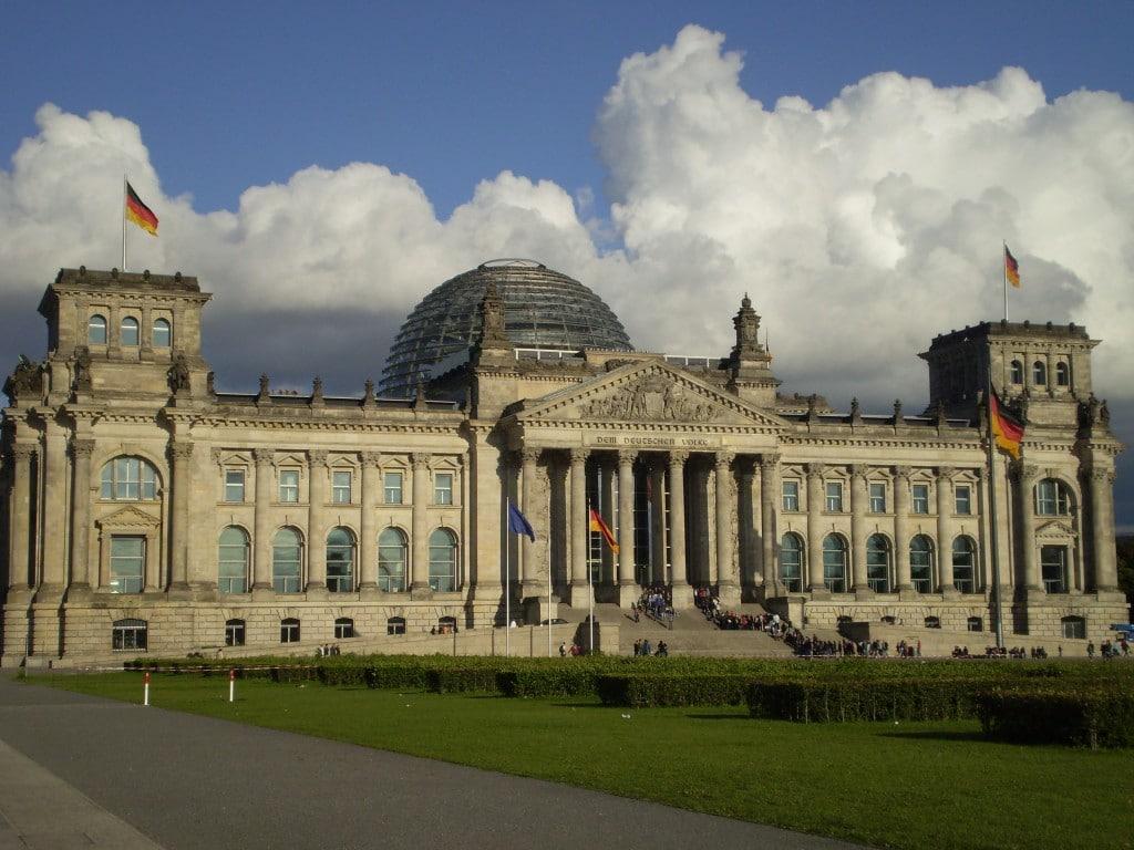Clădirea Parlamentului German, celebrul Reichstag, azi refăcut după mai mult de jumătate de secol de suferință