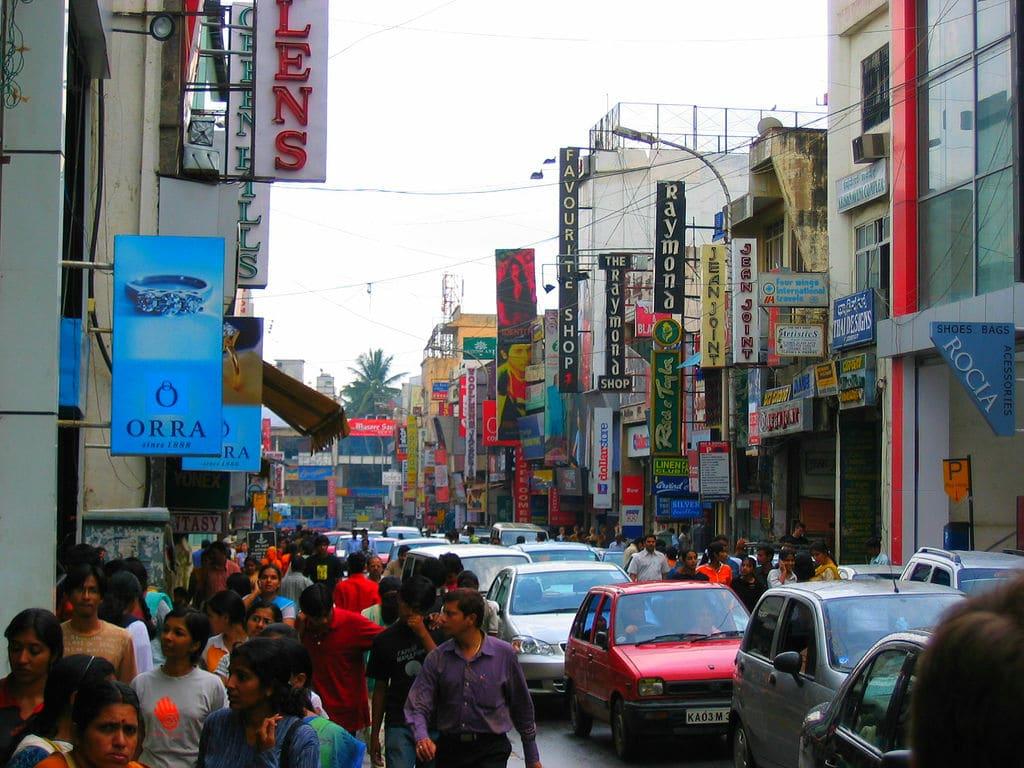 În orașul Mumbai mereu vei găsi forfotă, aglomerație și mulți oameni pe străzi