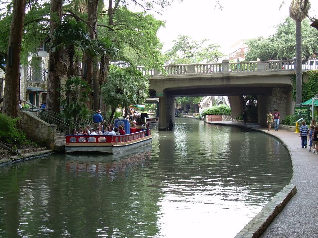 Cu barca pe San Antonio River Walk