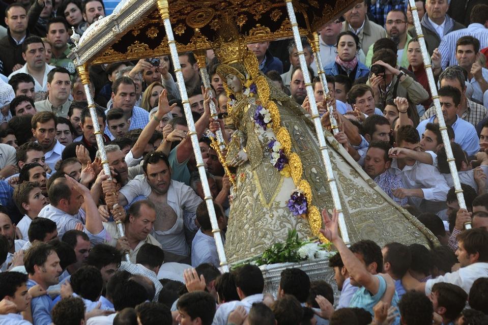 Cu ocazia marilor sărbători, statuia Fecioare este scoasă afară, iar mulţimea se îmbulzeşte din dorinţa de a o atinge