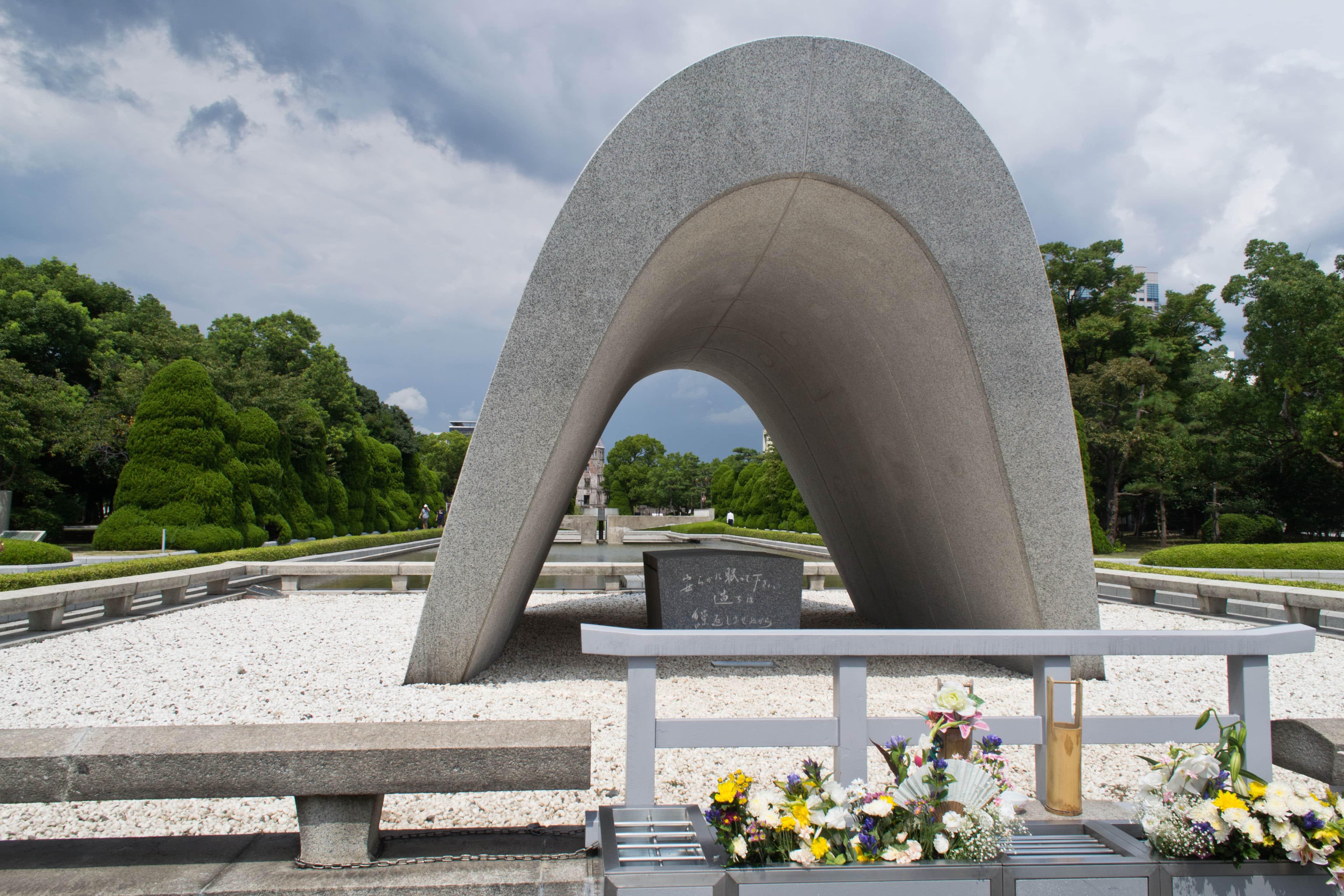 Cufărul cu numele tuturor celor uciși de bomba atomică, observați florile mereu prezente