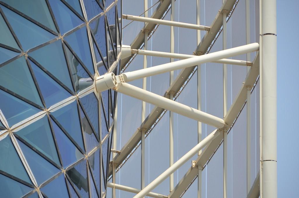 Detaliu cu structura de susținere exterioară a turnului