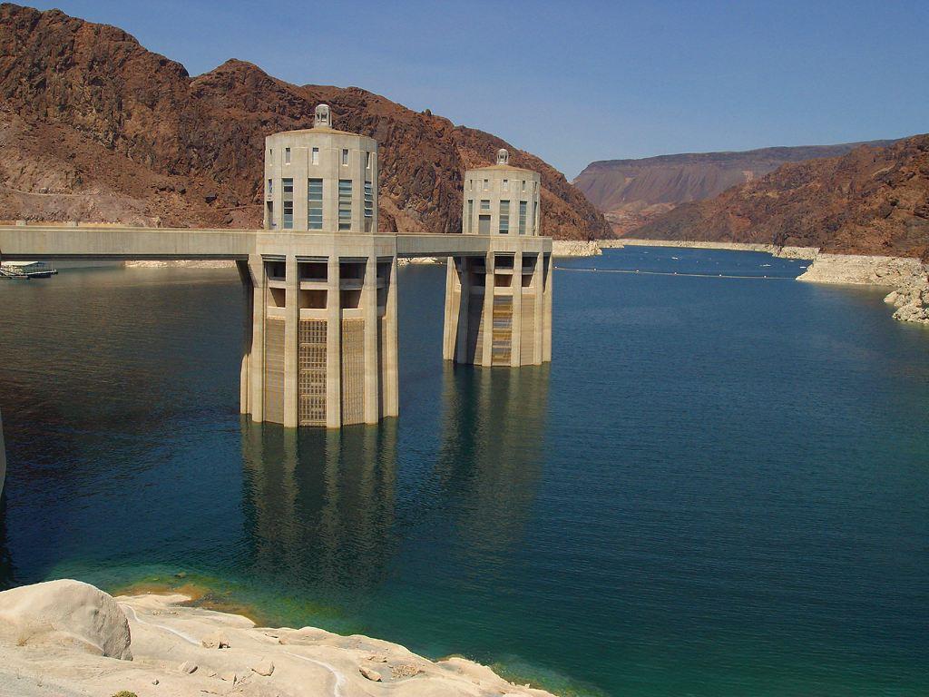 Două dintre turnurile de absorbție a apei