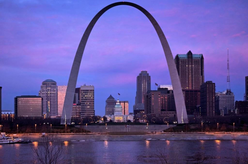 Gateway Arch pe malul fluviului Mississippi