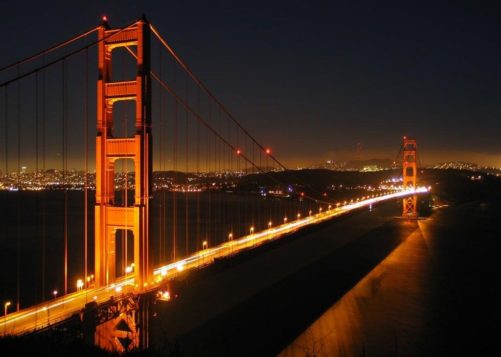 Golden Gate pe timp de noapte, iluminat așa cum îi sade bine unei atracții turistice din San Francisco