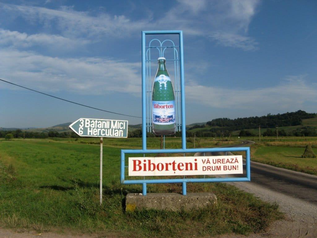 Ieșirea din localitate, marcată, cum altfel, cu o sticlă de Biborțeni