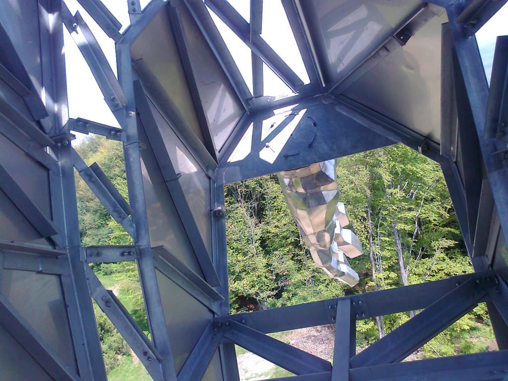 Interiorul este format din grinzi metalice pe care sunt prinse plăcile exterioare