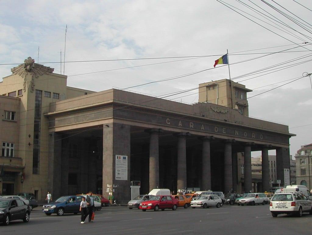 La Coloane, principala intrare a gării, remarcați decorațiunile deosebite în stil art-deco