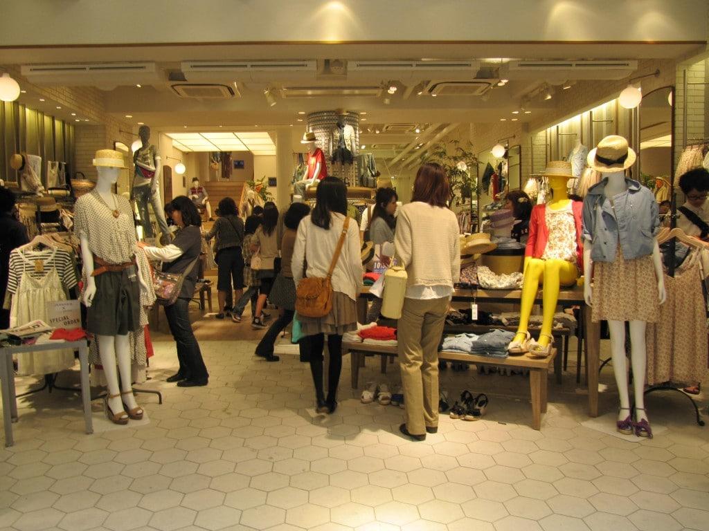 La cumpărături, magazinele cu profil occidental sunt la mare căutare
