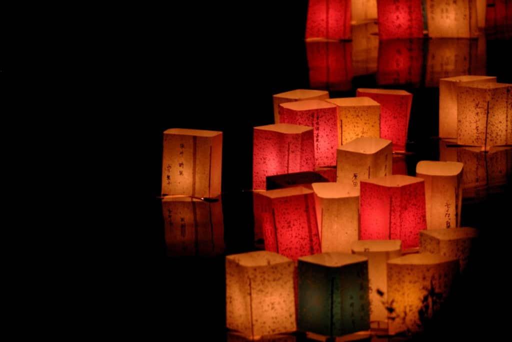 Lanterne de hârtie lăsate să plutească pe apă, o tradiție japoneză