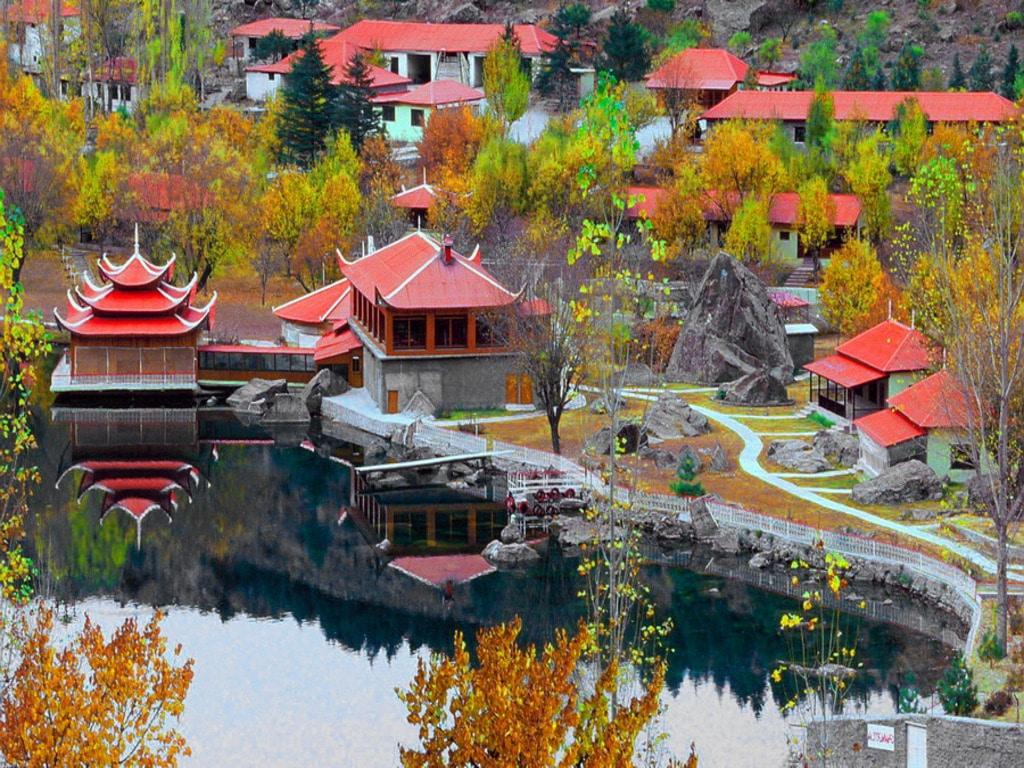 Locuinţele şi hotelurile au acoperişurile roşii, fapt care oferă zonei un plus de culoare