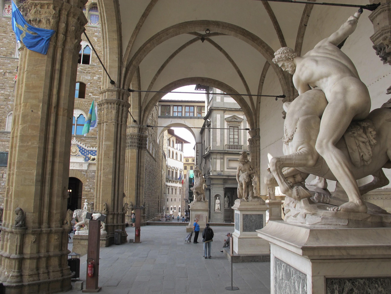 Loggia dei Lanzi - o galerie publică unde sunt expuse sculpturi foarte importante