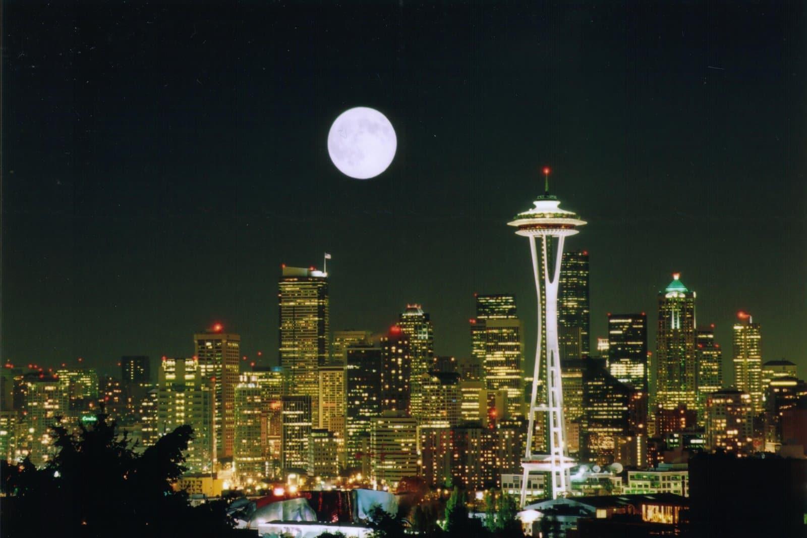 Luna plină pe cerul orașului