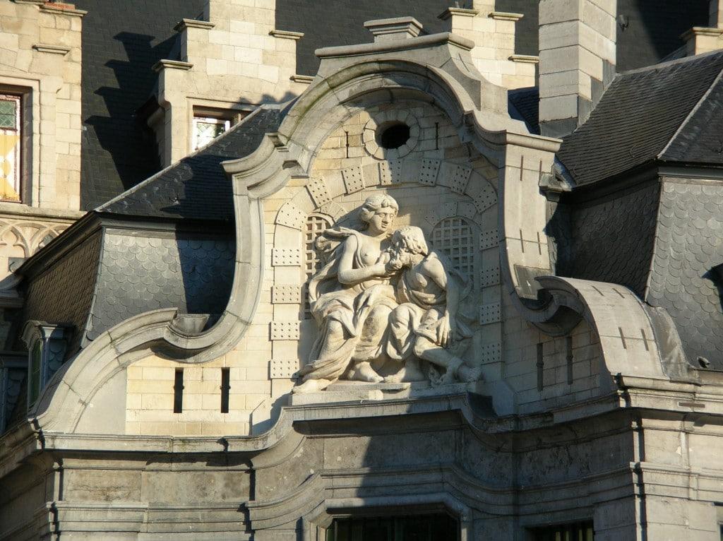 Mammelokker sculptură de pe o clădire din Ghent