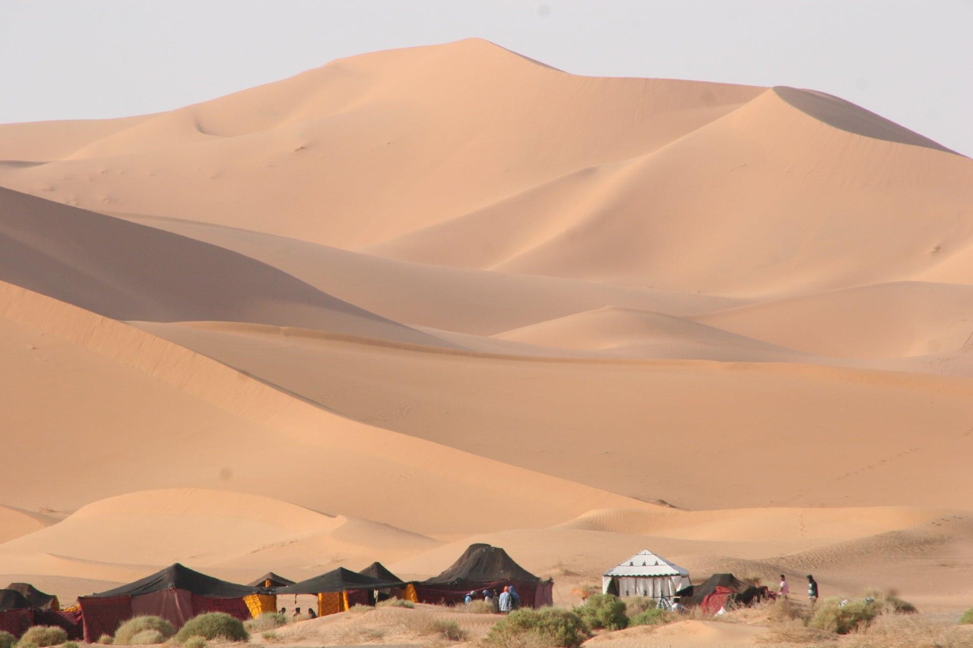 Loc special amenajat pentru înnoptat în corturi în deşertul Sahara - Maroc