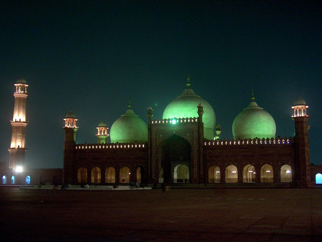 Moscheea Badshahi Masjid noaptea