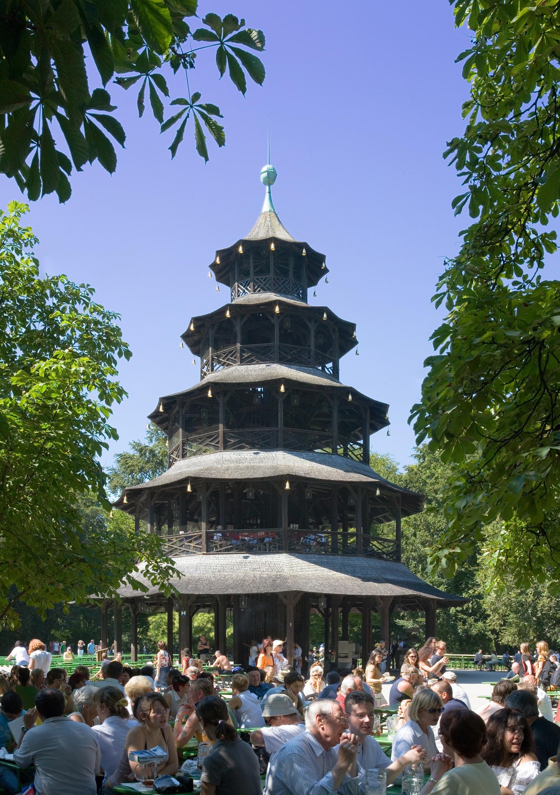 Turnul Chinezesc din Grădina Engleză este o replică a Marii Padoge din Grădinile Botanice Regale Britanice