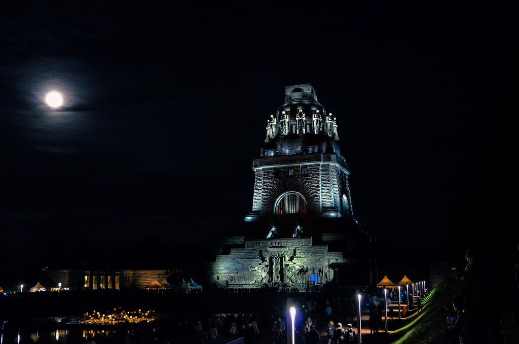 Noaptea, monumentul este frumos iluminat