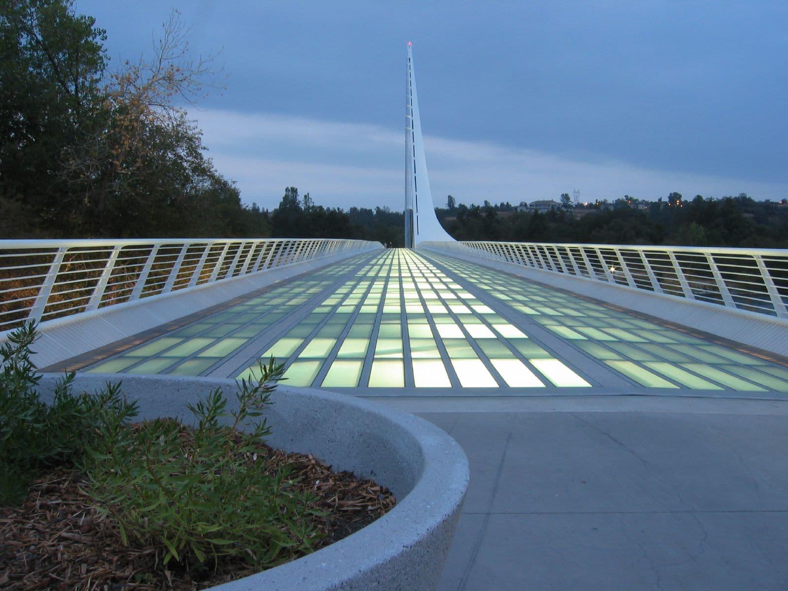 Noaptea, plăcile de sticlă semitransparentă de pe Sundial Bridge se aprind iluminând puntea