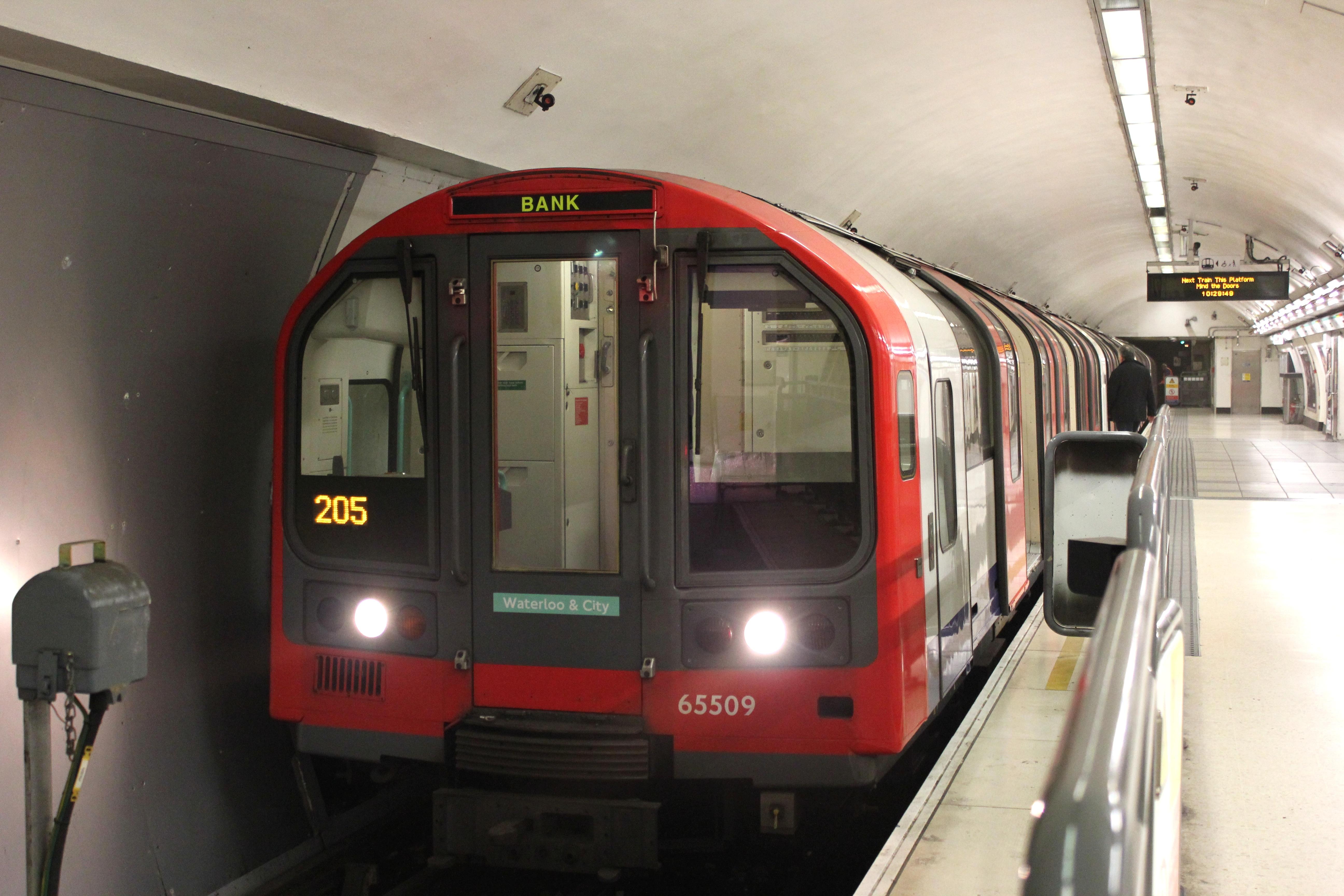 Noile garnituri din London Underground