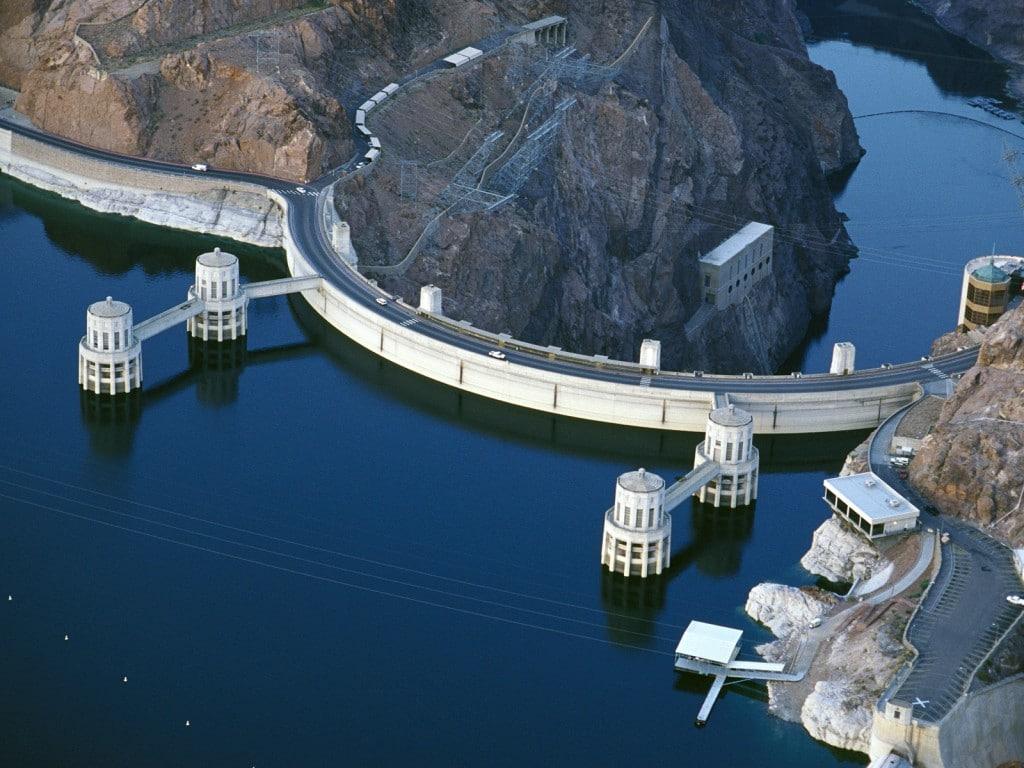 O șosea cu două benzi traversează partea superioară a barajului, imagine mai veche de când nu se construise viaductul