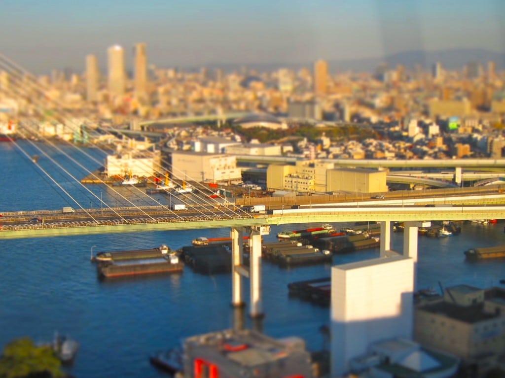O tehnică de fotografie specială ce transformă imaginea acestui pod din Osaka într-o aparentă machetă