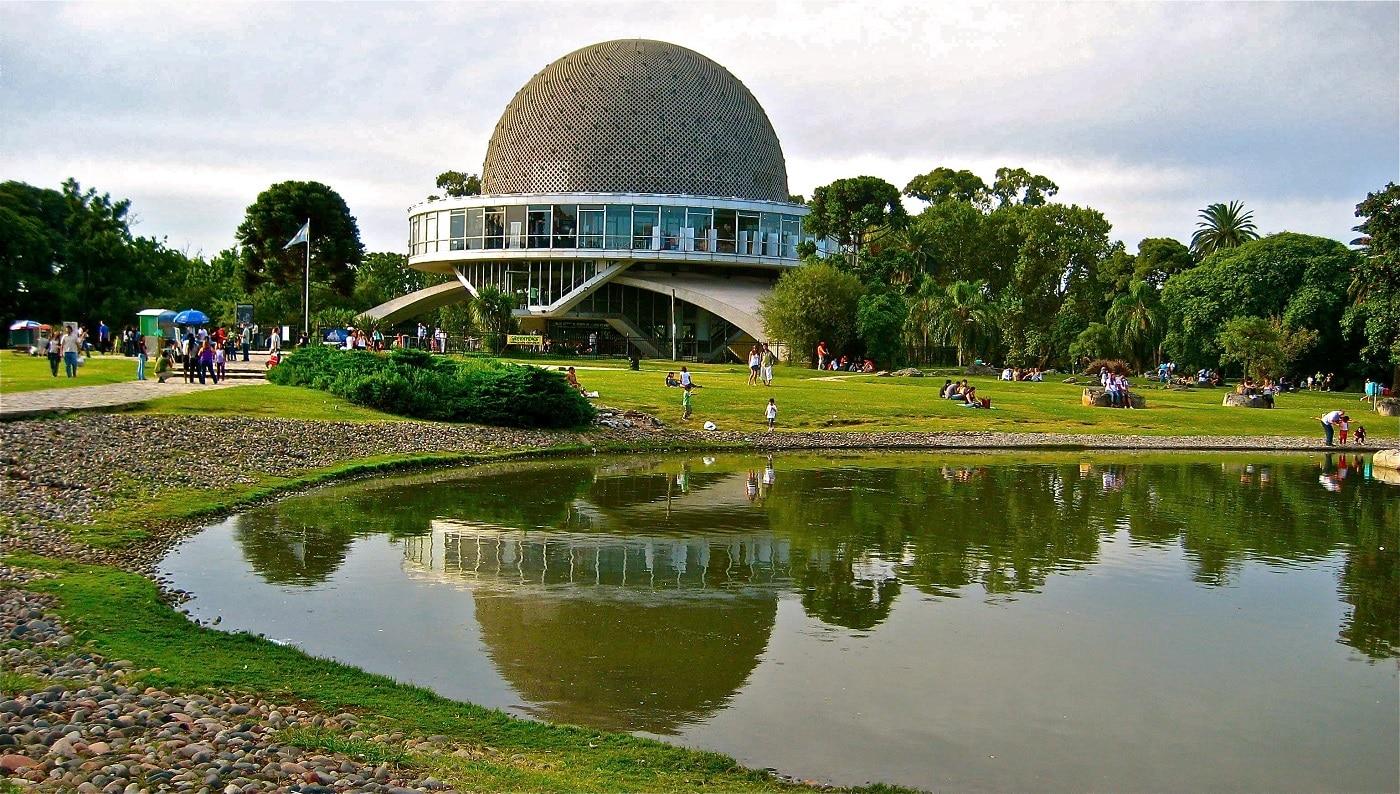 O zonă superbă înconjoară clădirea planetariului