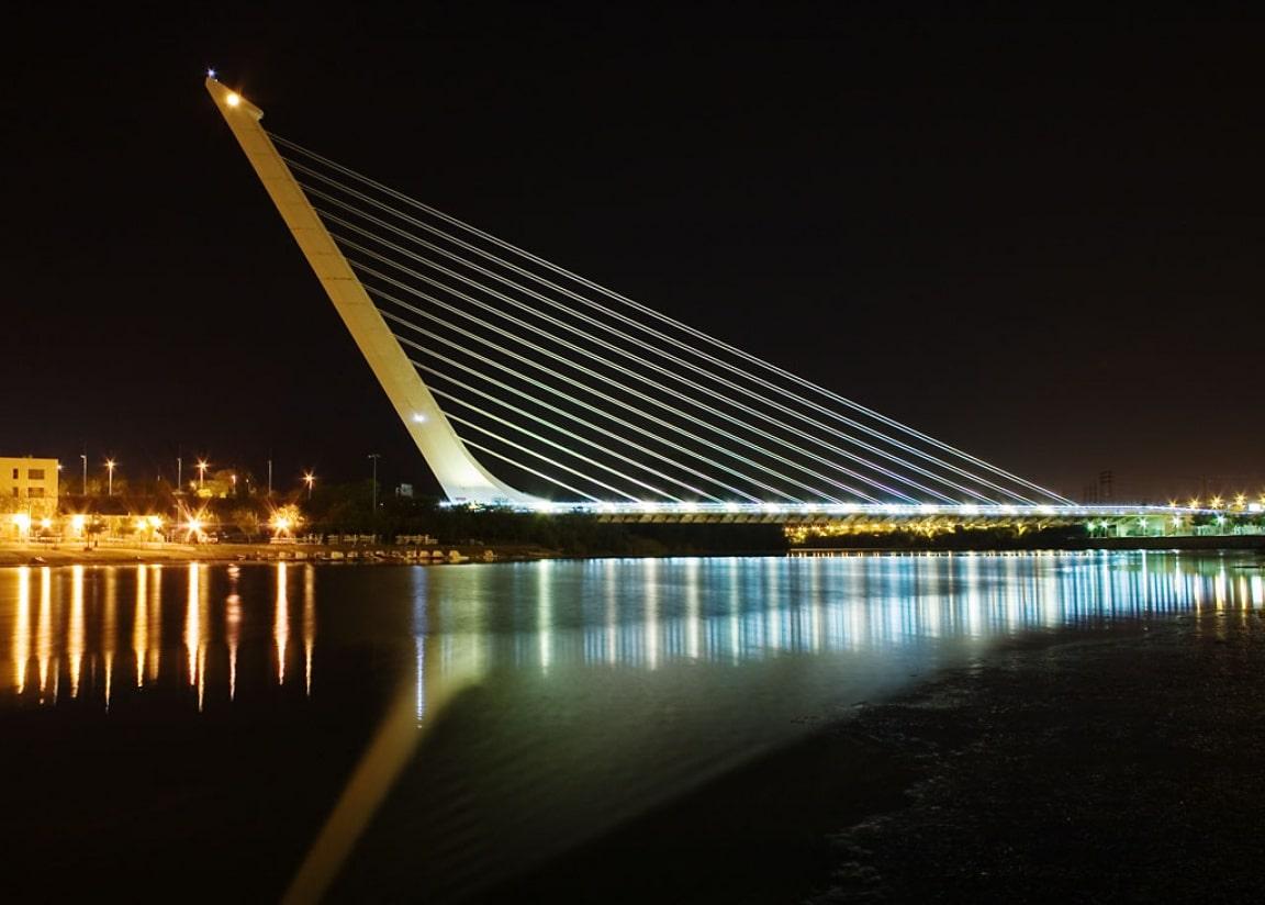 Opera lui Calatrava este iluminată pe timp de noapte